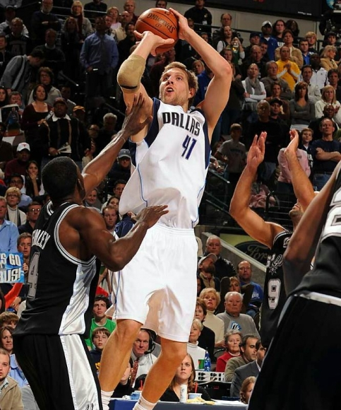 Mavs' Nowitzki Says He'll Take Pay Cut to Attract Paul or Howard